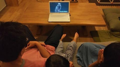 『チコちゃんといっしょに課外授業』の動画を見て恐竜の動くジオラマに驚く我が子たち